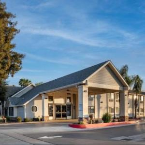 McDermont Field House Hotels - Best Western Town & Country Lodge