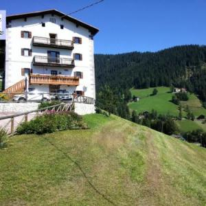 Book Now Cesa da Riz (Colle Santa Lucia, Italy). Rooms Available for all budgets. Featuring a garden and a terrace Cesa da Riz is located in Colle Santa Lucia. Offering free private parking and ski storage the property is 9.5 km from the Fedare-Forcella Nuv