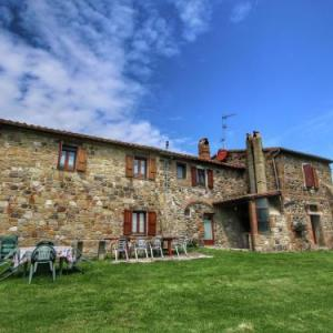 Book Now Apartment Michela (Radicofani, Italy). Rooms Available for all budgets. Apartment Michela offers pet-friendly accommodation in Radicofani 31 km from Saturnia and 24 km from Bagno Vignoni. The unit is 21 km from Chianciano Terme.A TV is available.