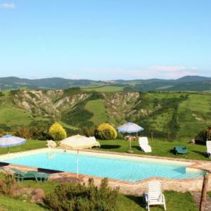 Book Now Apartment Villa Samemi (Radicofani, Italy). Rooms Available for all budgets. Apartment Villa Samemi offers pet-friendly accommodation in Radicofani. The unit is 31 km from Saturnia.A TV is featured. There is a private bathroom with a bidet and shower.B