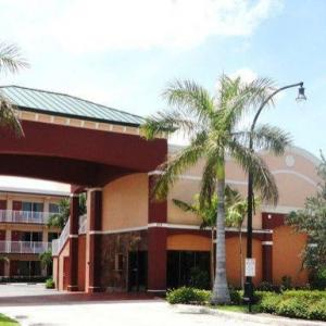 Hotels near Central Broward Regional Park - Plantation Inn Hotel And Lounge