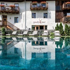 Book Now Zum Alten Moar (Varna, Italy). Rooms Available for all budgets. Surrounded by mountains Zum Alten Moar is located in Varna a 5-minute drive from the centre of Bressanone. It features free parking free access to the sauna and relaxation roo