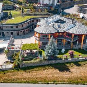 Book Now Apartment Chambavaz (Gignod, Italy). Rooms Available for all budgets. Situated in Gignod Apartment Chambavaz features a garden barbecue and terrace. Zermatt is 44 km from the property. Free WiFi is featured .The accommodation is fitted with a di