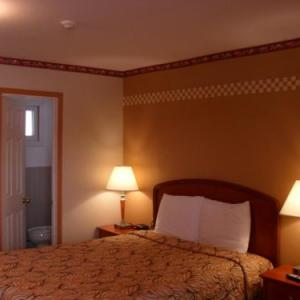 Hotels near Old Roxy Theatre - Forest Plaza Motel