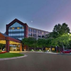 Hotels near Clutch Cargo's - Hilton Suites Auburn Hills