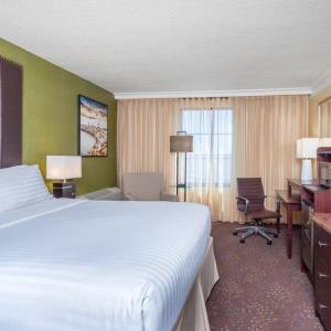 Royal Farms Arena Hotels - Holiday Inn Inner Harbor