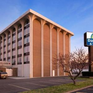 Quaker Steak and Lube Sheffield Village Hotels - Days Inn & Suites by Wyndham Elyria