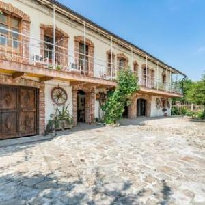 Book Now Castello Dei Diamanti (Belvedere Langhe, Italy). Rooms Available for all budgets. Located 24 km from Alba Castello Dei Diamanti offers accommodation in Belvedere Langhe. The unit is 36 km from Cuneo. Free WiFi is available throughout the property.The kitche