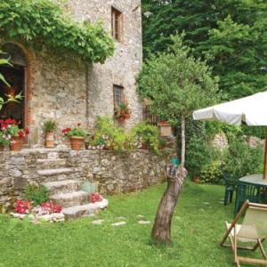 Book Now La Cocomeraia (Pescaglia, Italy). Rooms Available for all budgets. Situated in Pescaglia this holiday home is located 27 km from Pisa. The unit is 15 km from Lucca. Free private parking is available on site.The kitchen is fitted with a fridge
