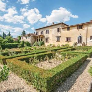 Book Now Villa Alzato (San Pancrazio, Italy). Rooms Available for all budgets. Situated in San Pancrazio in the Tuscany Region this holiday home is 19 km from Florence. The unit is 38 km from Siena. Free private parking is available on site.The kitchen i