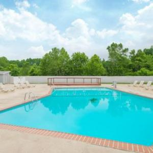 Crocodile Rock Cafe Hotels - Ramada By Wyndham Whitehall/allentown