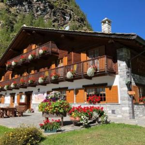 Book Now Residence Oberteil (Gressoney la Trinite, Italy). Rooms Available for all budgets. Just 500 metres from the ski lifts connecting to the Monterosa ski area Residence Oberteil features a panoramic terrace. Guests can relax in the sauna and hot tub.With wood-be