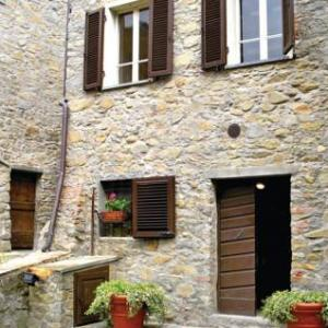 Book Now Holiday home Casa O (Pescaglia, Italy). Rooms Available for all budgets. Set in Pescaglia this holiday home is situated 30 km from Pisa. The unit is 18 km from Lucca.The kitchen features a dishwasher and a microwave and there is a private bathroom.