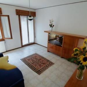 Book Now Appartamento Colli & Terme (Battaglia Terme, Italy). Rooms Available for all budgets. Located in Battaglia Terme this air-conditioned apartment features a garden with a terrace. Guests benefit from free WiFi and private parking available on site.An oven and a m