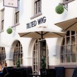 Warwick Castle Hotels - Tilted Wig