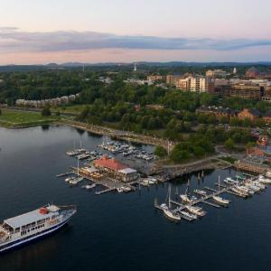 Hotels near Waterfront Park Burlington - Hilton Burlington