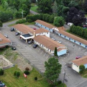 Hotels near En Joie Golf Club - Parkway Inn