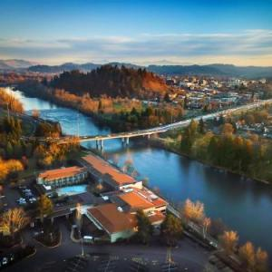 Hotels near Autzen Stadium - Valley River Inn