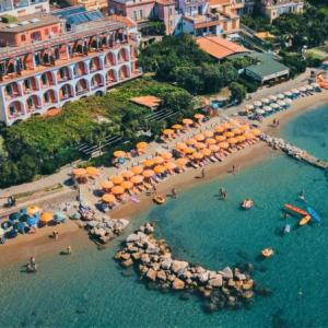 Book Now Hotel La Vela (Pioppi, Italy). Rooms Available for all budgets. Situated on the beachfront Hotel La Vela has rooms with air conditioning and a satellite flat-screen TV. Located in the village of Pioppi it has free WiFi in public areas and
