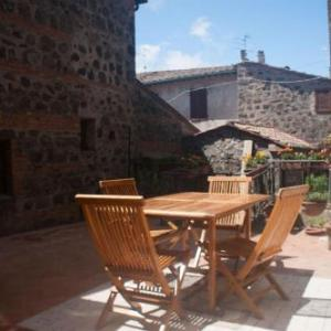 Book Now La Casa Del Viandante (Radicofani, Italy). Rooms Available for all budgets. Offering a sun terrace with table and chairs La Casa Del Viandante is a rustic house a 5-minute walk from the village centre of Radicofani.The house consists of 2 double bedro
