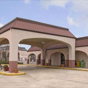 Hotels near Dudy Noble Field - Days Inn & Suites by Wyndham Starkville