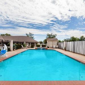 Super 8 By Wyndham Cleburne