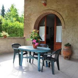 Book Now Apartment Galizia (Bibbiano, Italy). Rooms Available for all budgets. Apartment Galizia is a holiday home located in Bibbiano 37 km from Florence. The property boasts views of the sea is 25 km from Siena.The kitchen is fitted with a microwave an