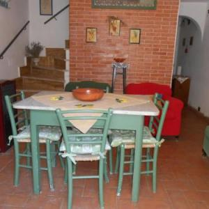 Book Now Casetta Edera (Allerona, Italy). Rooms Available for all budgets. Casetta Edera is an apartment with a rustic décor and a fully equipped kitchenette. It is located in Allerona and is set on 2 levels.The apartment is composed of 2 separa