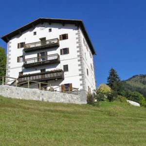 Book Now Cesa Da Riz 3 (Colle Santa Lucia, Italy). Rooms Available for all budgets. Featuring a garden Cesa Da Riz 3 is a holiday home located in Colle Santa Lucia. The property features views of the mountain and is 14 km from Cortina d?Ampezzo. Free WiFi is