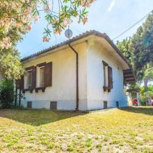 Book Now Holiday Home Trifoglio 05 (Bagni, Italy). Rooms Available for all budgets. Featuring a garden Holiday Home Trifoglio 05 is a holiday home located in Bagni. The property is 42 km from Ravenna and free private parking is provided.The kitchen is fitted