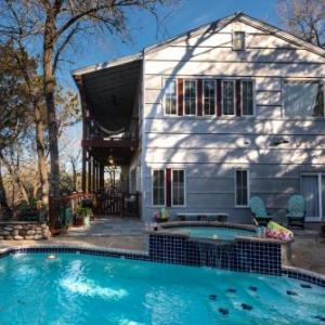Book Now Guesthouse Cabin Near The River (Austin, United States). Rooms Available for all budgets. Guesthouse Cabin Near the River is set in the Texas Hill Country 11 km from Downtown Austin Texas. It is less than 500 metres from the Colorado River where it has its own priv