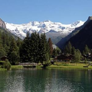 Book Now Appartamento al Residence Monboso (Gressoney la Trinite, Italy). Rooms Available for all budgets. Set in Gressoney-la-Trinité this apartment is 400 metres from Staffal - Gabiet. Guests benefit from balcony. Free private parking is available on site.There is a dining a