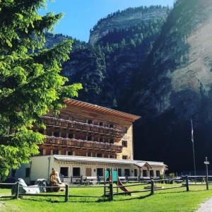 Book Now Pederu (San Vigilio Di Marebbe, Italy). Rooms Available for all budgets. Offering a terrace and views of the mountains Pederü is set in Sennes 2 hours' drive from Cortina d'Ampezzo. Guests can enjoy the on-site restaurant. Free private parking